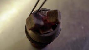 W g?r? przygotowania puchar dla nargile w zwolnionym tempie zdjęcie wideo