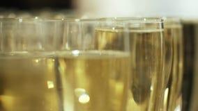 W g?r? zamazanego widoku szampa?scy szk?a z ch?odno wy?mienicie szampanem bia?ym iskrzastym winem na stole lub akcja zbiory wideo