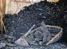 Węgiel drzewny w koszu Zdjęcie Stock