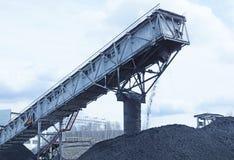 Węgiel od kopalni nalewa na kopu Fotografia Royalty Free
