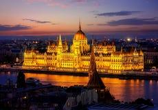 Węgierski parlament w wieczór Fotografia Stock