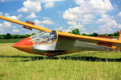 Węgierski szybowa samolot na zielonej trawie obraz stock