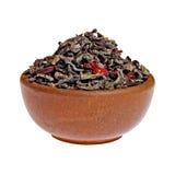 W glinianej filiżance sucha jagodowa zielona herbata Obrazy Royalty Free
