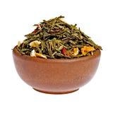 W glinianej filiżance sucha owocowa zielona herbata Obraz Royalty Free