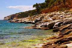 W Grecja skalista plaża Zdjęcia Royalty Free
