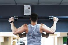 W gym bodybuilder młody szkolenie Fotografia Royalty Free