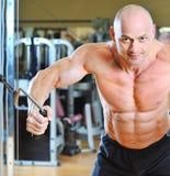 W gym Bodybuilder silny męski szkolenie Zdjęcia Stock