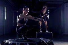 W gym dwa dziewczynach z oponą obraz royalty free