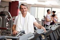 W gym mężczyzna szkolenie Fotografia Royalty Free
