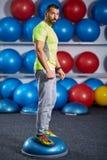 W gym sprawność fizyczna trener zdjęcia stock