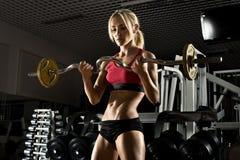 W gym sprawności fizycznej dziewczyna Zdjęcie Royalty Free