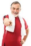 W gym starszy mężczyzna obraz royalty free