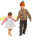 W Halloweenowych strojach chodzący dzieciaki Zdjęcia Stock