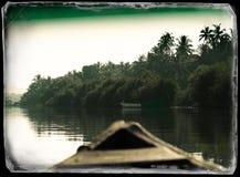 W Indiańskim łódkowatym dopłynięcie puszku dżungla rocznika pocztówki rzeczny b obrazy royalty free