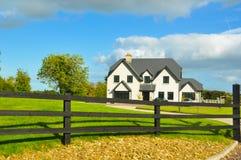 W Irlandia gospodarstwo rolne typowy dom Zdjęcia Stock