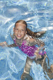 W iskrzastej wodzie uśmiechnięta dziewczyna Obraz Royalty Free