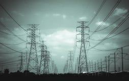 W jęczmienia polu elektryczność pilony Obrazy Stock