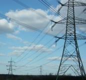 W jęczmienia polu elektryczność pilony Zdjęcia Royalty Free