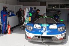 W jamach, Ford GT i mechanikach, Fotografia Stock