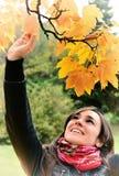 W jesień backogrund ładna dziewczyna Obrazy Royalty Free