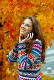 W jesień nastoletnia dziewczyna zdjęcia royalty free