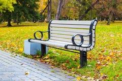 W jesień parkowa ławka fotografia royalty free