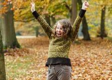 W jesień parku nastolatek szczęśliwa dziewczyna zdjęcie stock