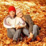 W jesień parku szczęśliwa rodzina Obraz Stock