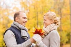 W jesień parku uśmiechnięta para Zdjęcia Royalty Free