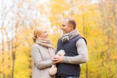 W jesień parku uśmiechnięta para Zdjęcie Royalty Free