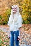 W Jesień spadek piękna dziewczyna Zdjęcia Royalty Free