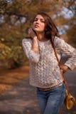 W jesień parku ładna kobieta Zdjęcie Royalty Free