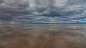 W jeziorze obłoczny odbicie Jeziorny Durgun Nuur, Mongolia zbiory