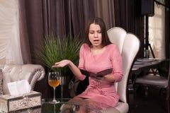 W kawiarni dziewczyna fotografia royalty free