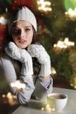 W kawiarni młoda piękna kobieta Obrazy Royalty Free