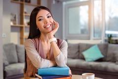 W kawiarni młoda piękna kobieta zdjęcia stock