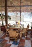 W kawiarni szklany mały stół Obrazy Stock
