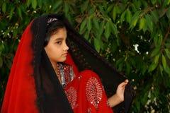 W kierowniczym szaliku młoda Azjatycka dziewczyna Zdjęcia Stock