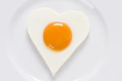 W kierowym kształcie smażący jajko Fotografia Royalty Free