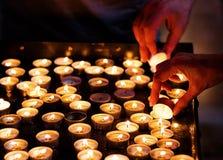 W kościół oświetleniowe świeczki Obraz Royalty Free
