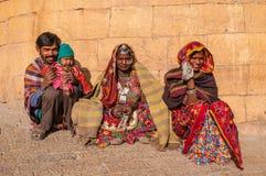 W kolorowych sari Indiańska rodzina Fotografia Royalty Free