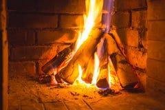 W Kominku płonący Drewno Zdjęcia Royalty Free