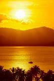 w kontekście niebieskie chmury odpowiadają trawy zielone niebo białe wispy natury Krajobraz Tropikalny wyspa zmierzch Tajlandia obraz royalty free