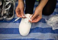 w kontekście poważnego zasznurowywać biznesmen wolny butów white siedzącego Obrazy Stock
