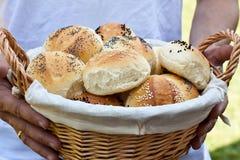 W koszu chlebowe babeczki Obrazy Royalty Free