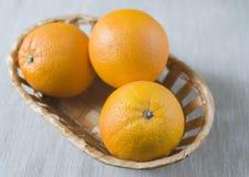 W koszu dojrzałe pomarańcze Obraz Stock
