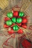 W koszykowej czerwieni i zielonych Bożenarodzeniowych piłkach przestrzeń skutku i Fotografia Stock