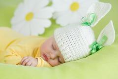 W królika śmiesznym kapeluszu sypialny dziecko Zdjęcia Stock