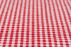 W kratkę tablecloth kuchenna selekcyjna ostrość czerwień i biel Zdjęcie Stock