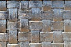W kratkę zmrok - sinoczarna wypukła drewniana w kratkę geometrii tekstura obszarpywał stary łozinowy jednorodnego Obrazy Stock